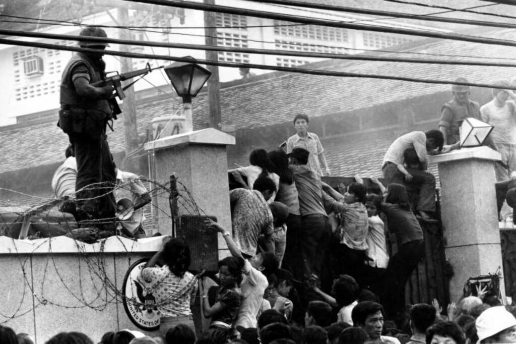 PANIKK: Paniske sørvietnamesere prøver å flykte fra landet ved å ta seg inn i USAs ambassade 30. april, dagen da nordvietnameserne inntok Saigon. Foto: AFP / NTB Scanpix