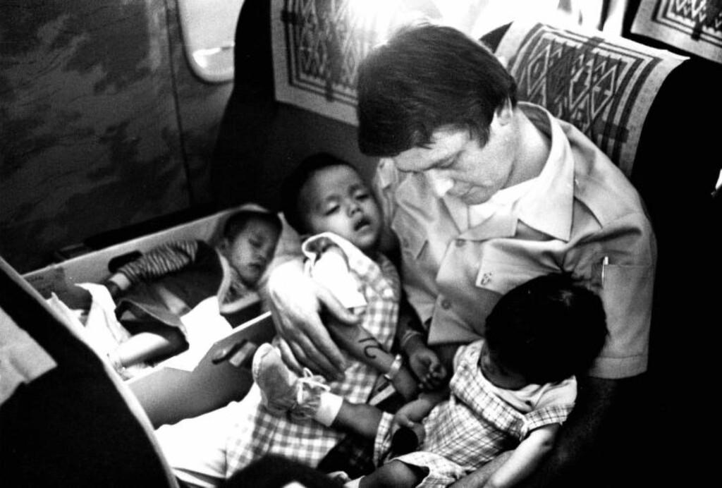 INNSATS: Dagbladets Arvid Bryne var med på hele turen fra Saigon til Oslo. Om bord på flyet bidro han ved å mate og skifte bleier på oss barna. Foto: Dagbladet