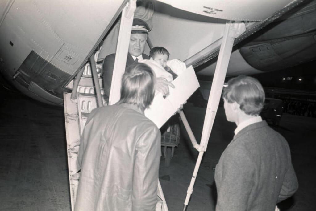 PÅ NORSK JORD: 13. april, etter tre dagers reise, landet vi med et SAS-fly på Fornebu. Her bæres Liv Vilde Adams, som vokste opp i Oslo-området og seinere flyttet til USA, ned flytrappa av kapteinen. Foto: Arvid Bryne