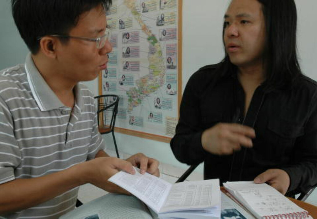 PÅ LETING: I den katolske kirka Chua Cuu The, som hadde ansvaret for barnehjemmet mitt. Her forteller fader Qang meg at dokumentene fra den gang er gått tapt. Foto: Tonje Finvold Lacher