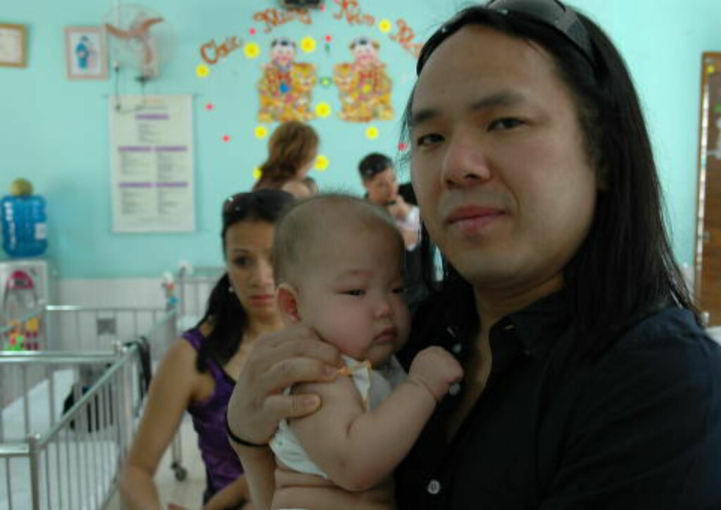 PÅ BARNEHJEM: På Go Vap-barnehjemmet i Ho Chi Minh-byen (tidligere Saigon) i 2010, der vi voksne adopterte fikk treffe foreldreløse barn ikke helt ulike oss selv. Foto: Tonje Finvold Lacher