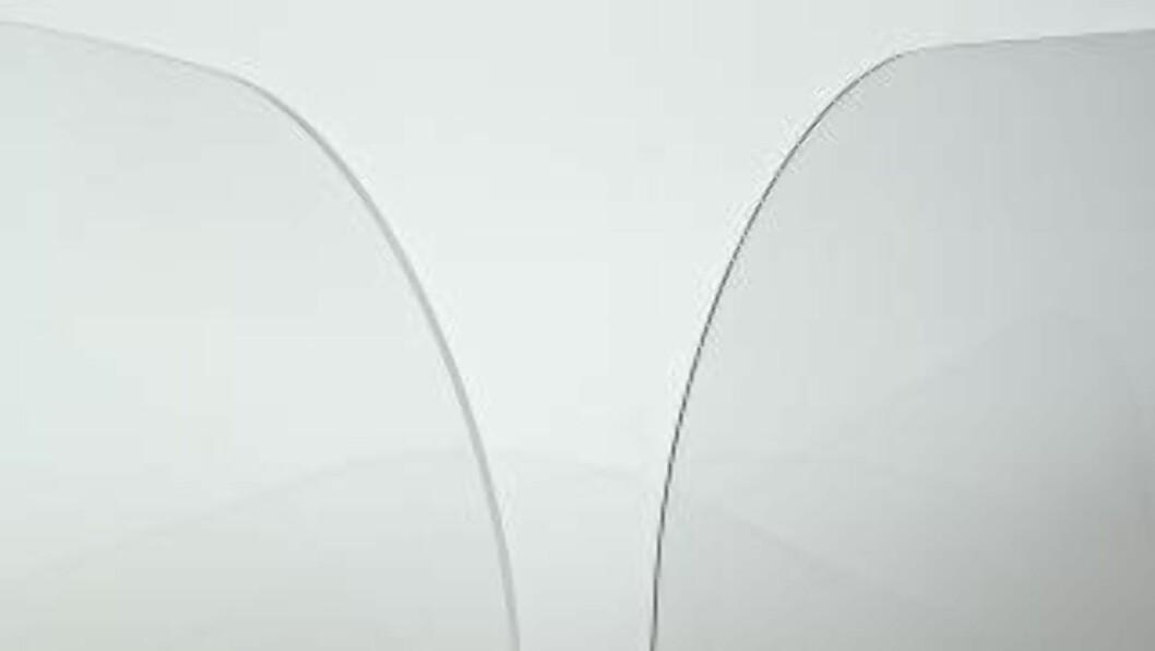 <strong>LIKE STERKT SOM VANLIG GLASS:</strong> Det nye materialet som er laget for kabinvinduene (til høyre), skal være like sterkt som vanlig glass. Samtidig er det tynnere og lettere - og kan dermed spare drivstoff.  Foto: SCHOTT