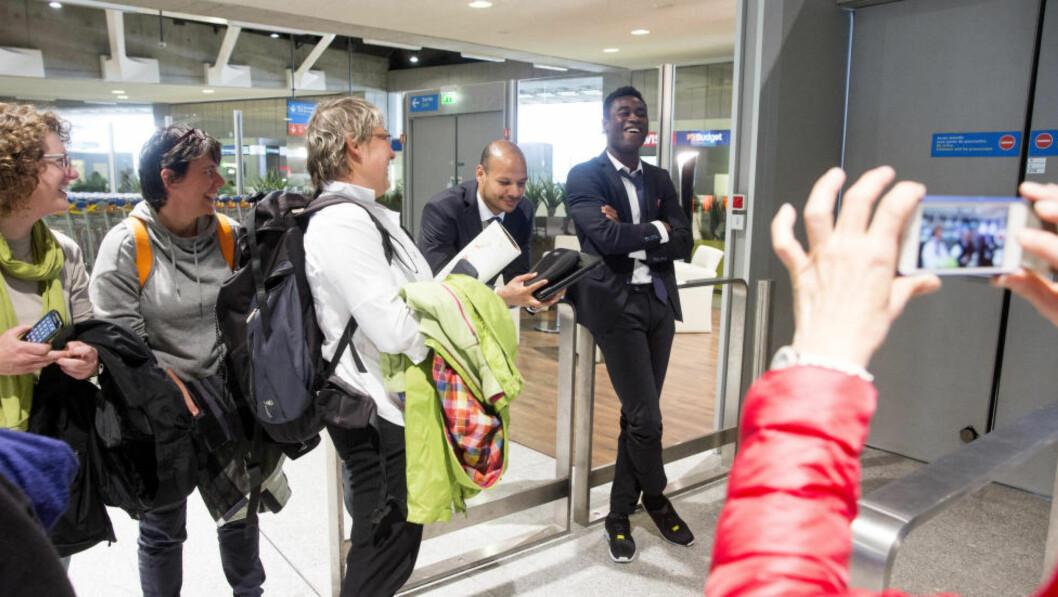 <strong>HYGGELIG MØTE:</strong>  Daniel Braaten (t.v.) og Alexander Tettey ble gjenkjent av noen franske damer på Charles de Gaulles-flyplassen i Paris. Foto: Håkon Mosvold Larsen / NTB scanpix