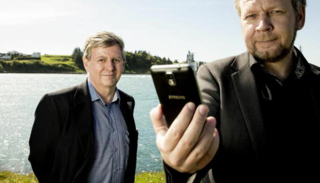 <strong>SER ALT:</strong> Sikkerhetsekspert Odd Helge Rosberg (t.v.) viser Dagbladet hvordan det er mulig å fjernstyre en smarttelefon. Foto: Bjørn Langsem / DAGBLADET
