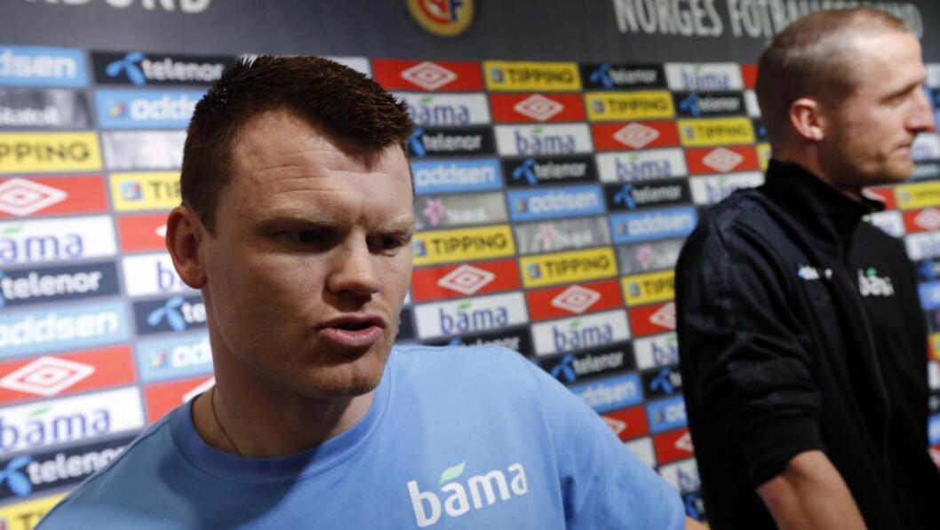 <strong>SINT:</strong>  John Arne Riise (foran) liker dårlig behandlingen Brede Hangeland (t.h.) har fått. Foto: Lise Åserud / NTB scanpix
