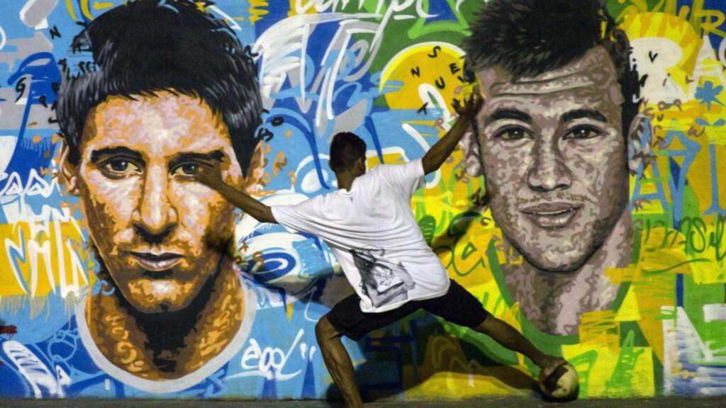 Toppscorer-kandidater: I alle fire tidligere VM i Sør-Amerika har toppscoreren kommet fra denne verdensdelen. Hjemmebane-fordelen er viktig for både spillere og lag, både for vertslandet Brasil og de andre sør-amerikanske nasjonene. Her ved toppscorer-favorittene Messi (Argentina) og Neymar (Brasil). Foto: AFP PHOTO / YASUYOSHI CHIBA