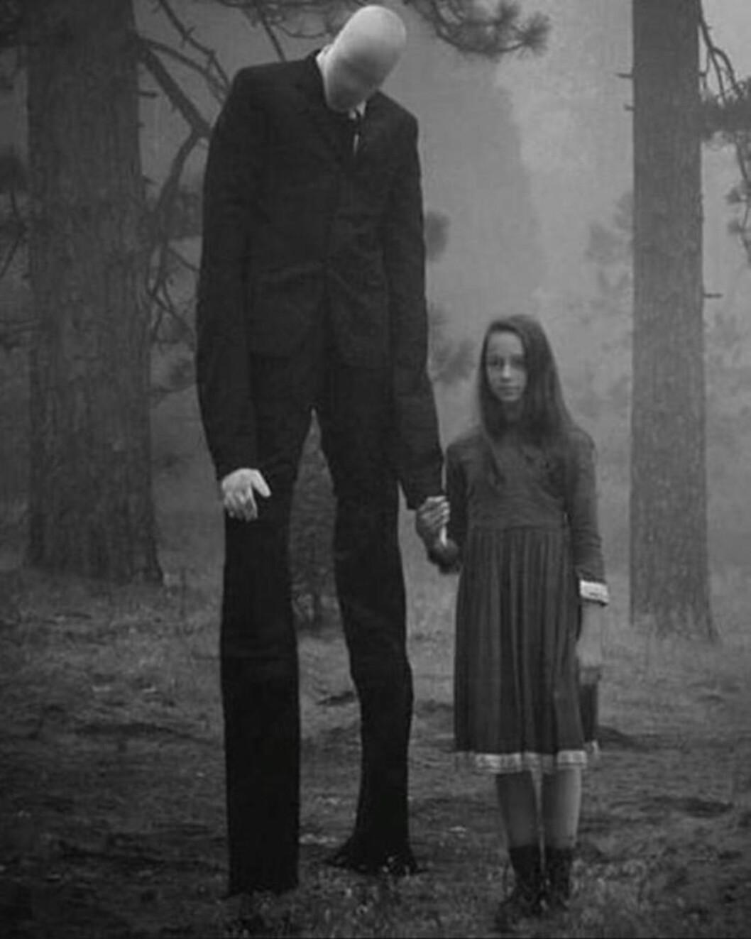 ANSIKTSLØS: Den pent kledde, men ansiktsløse «Slender Man» velger ifølge historien ut barn som han forfølger over lang tid. Til slutt tar ham dem med seg til et sted ingen vet hvor er. Bildet er fra en film om folkloren. Foto: Something Awful