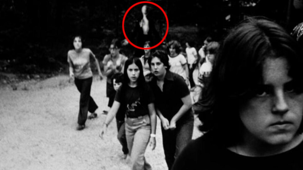 SKREMMENDE FANTASI-FIGUR: Den høye, lange mannen (innfelt) er ofte iført dress, og forfølger og «tar» barn, men er bare en fantasi-skikkelse funnet opp på en komi-skrekkside. Foto: Something Awful