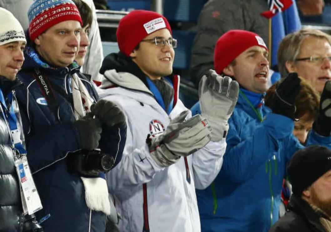 <strong>VÆRT DER FØR:</strong> Magnus Carlsen (i midten) har vært i Sotsji før. Her klapper han under kvinnenes 12,5 kilometer fellesstart i skiskyting under OL i februar. Foto: Heiko Junge / NTB Scanpix