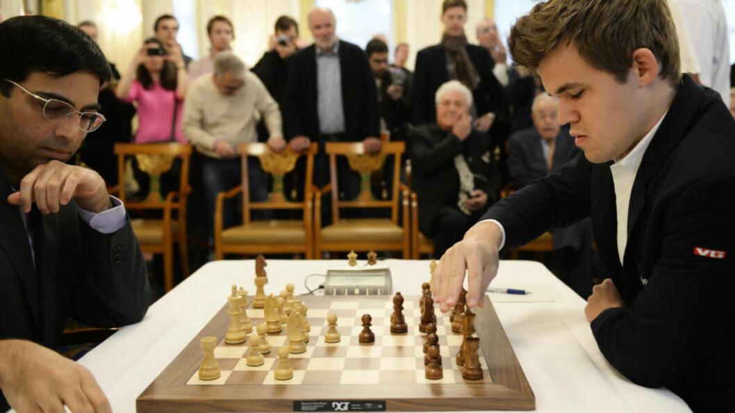 <strong>MØTES I SOTSJI:</strong> Magnus Carlsen og indiske Vishy Anand møtes til VM-kamp i november i år som i fjor. Kampen skal spilles i russiske Sotsji, melder det internasjonale sjakkforbundet (Fide). Her fra møtet mellom de to i Zürich tidligere i år. Foto: Keystone, Steffen Schmidt, AP / NTB Scanpix