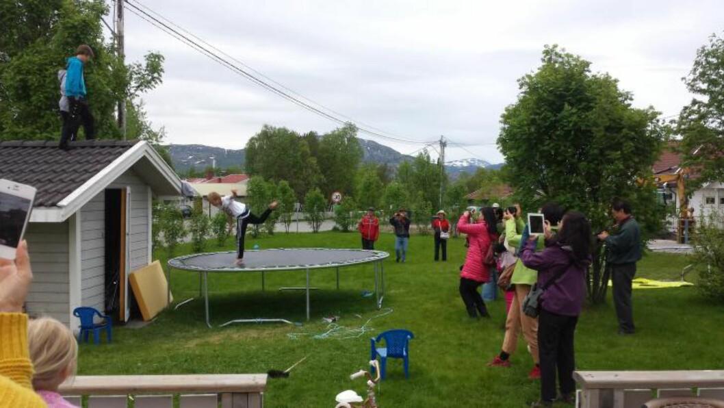 <strong>FASCINERT AV TRAMPOLINEN:</strong> Først samlet turistene seg rundt trampolinen for å ta bilde av ungene som gjorde kunster.  - De klappet og jublet, og var tydelig imponerte. Ungene syntes det var veldig stas og lagde litt ekstra show, sier Helene Nævra. Foto: HELENE NÆVRA