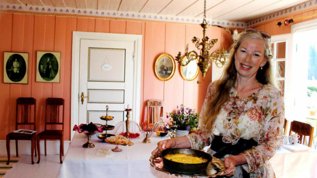 <strong>VELKOMMEN:</strong> Forfatteren Sissel Margrethe Børke byr på kaffe og kaker på Fernandas bokkafé i Aremark. Foto: KIRSTEN MARGRETHE BUZZI