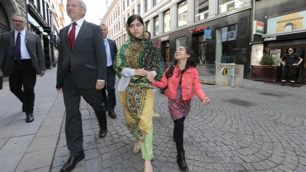 I OSLO:  Malala sammen med Kjell Magne Bondevik og Arina Aamir Sheikh (8) på vei til pressekonferanse i Oslo sentrum i dag  morges. Foto: Lise Åserud / NTB scanpix