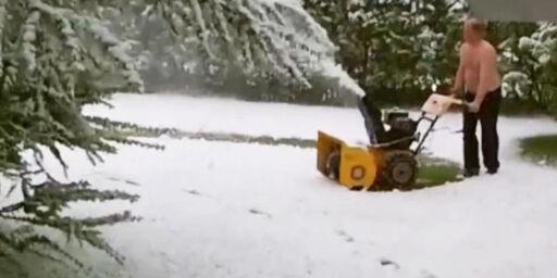 image: Her freser Carl bort snøen i egen hage