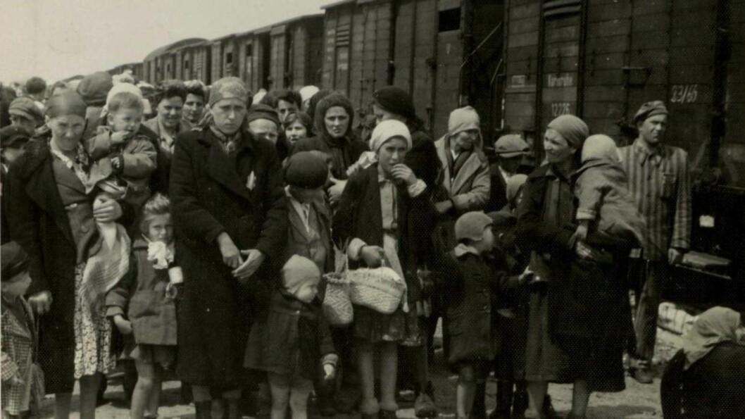 <strong>KONSENTRASJONSLEIR:</strong>  Disse jødiske kvinnene og barna ble i mai 1945 deportert fra Ungarn og sendt til Auschwitz. Foto: AP Photo/Yad Vashem/NTB Scanpix