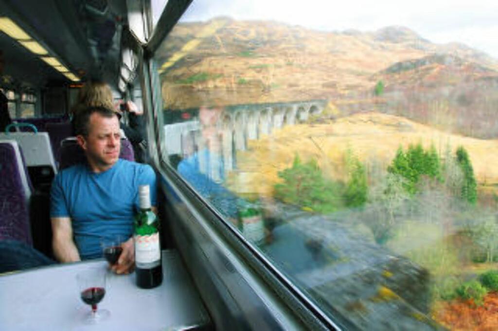 NYTER UTSIKTEN: Neill Rowney er rene stamgjesten om bord i West Highland Railway, og det kun fordi han nyter turen. Noe annet ærend har han ikke. Foto: RUNAR LARSEN