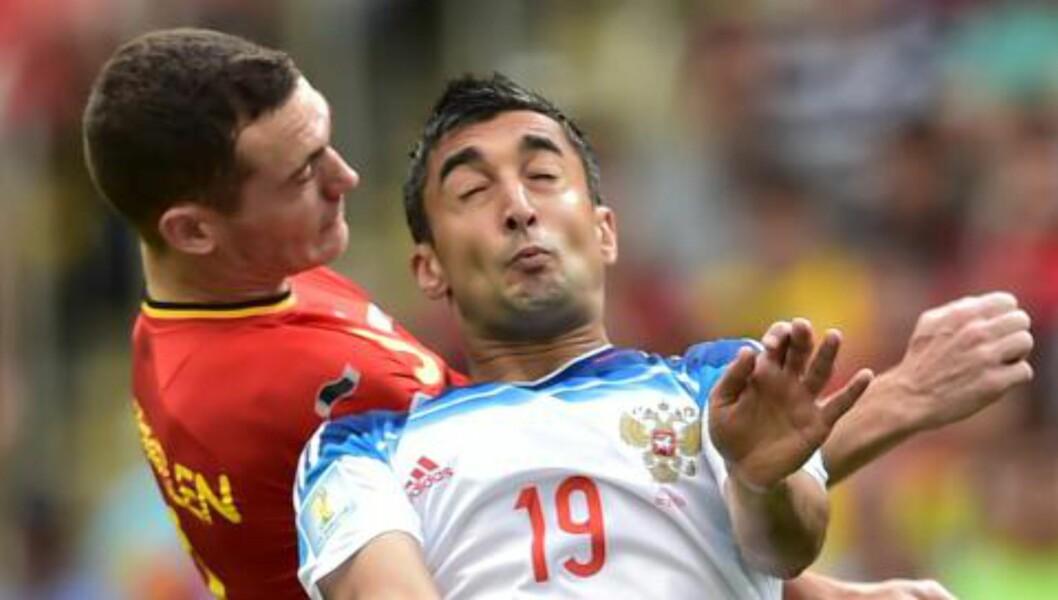 <strong>SKALLET:</strong> Samedov og Vermaelen i duell. Foto: AFP PHOTO / GABRIEL BOUYS / NTB Scanpix