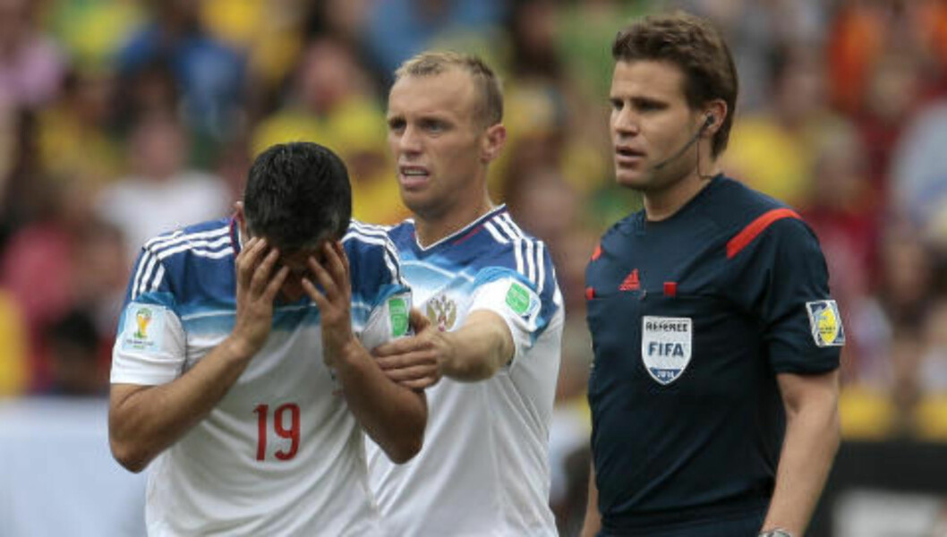 <strong>VONDT I HODET:</strong> Samedov hadde tydelig vondt etter smellen. Foto: AP Photo/Ivan Sekretarev/NTB Scanpix