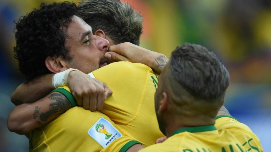<strong>MUSTASJ-MÅL:</strong> Mens Neymar hang om halsen på den velkomne målscorer Fred (t.v.), kom Dani Alves til med sine barteluggende fingre. Foto: NTB Scanpix