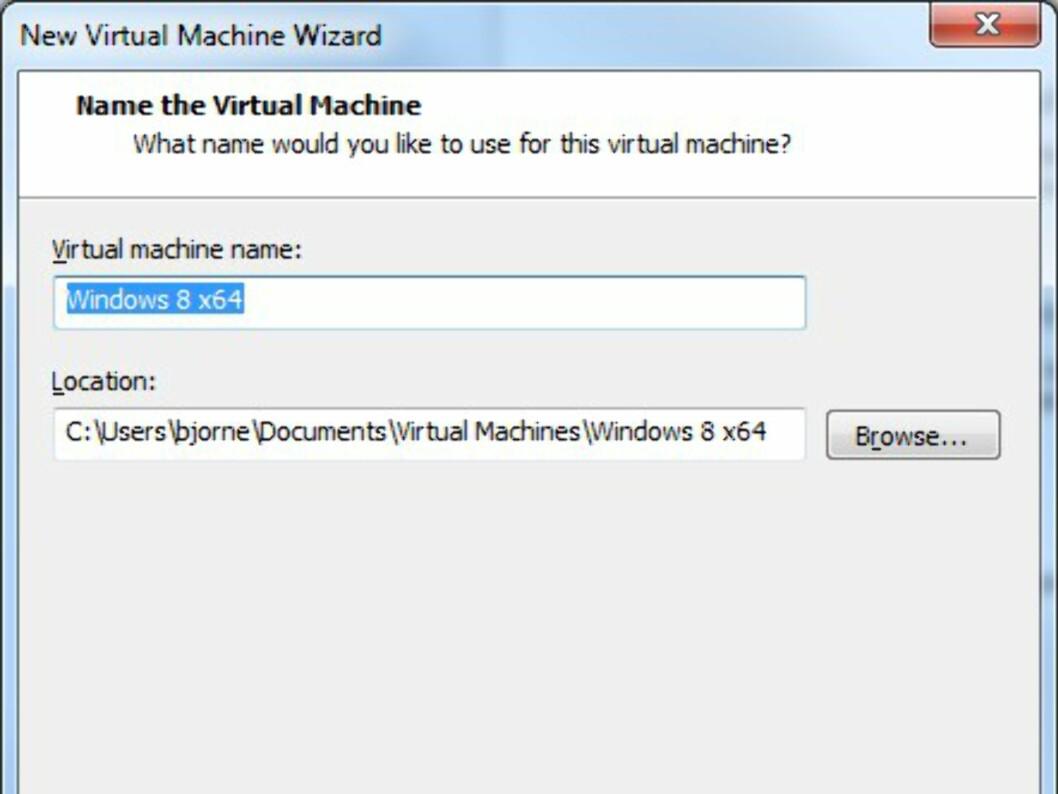 Gi et passende navn til maskinen, og velg hvor den virtuelle PC-en skal lagres. NB! Velg et sted med god plass og hastighet.