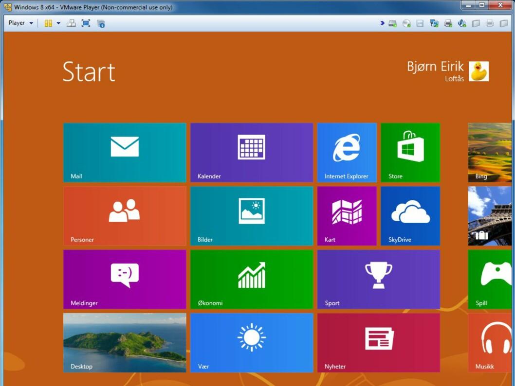 Og her er Windows 8-startmenyen. Gå til Desktop ved å klikke nederst til høyre.