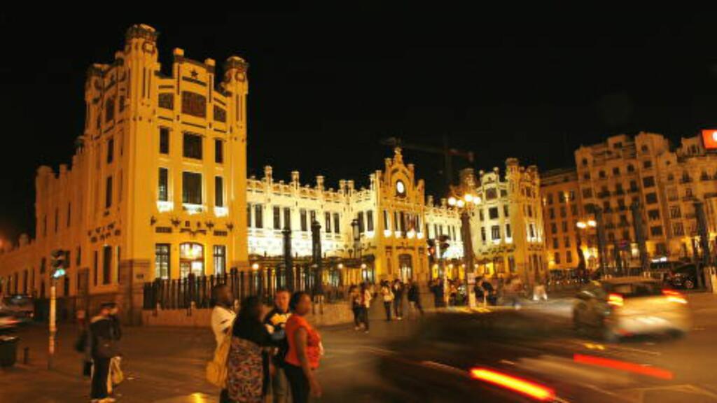 SNART FULLT: Hvert år strømmer folk til den spanske byen Valencia for å oppleve den gigantiske folkefesten Las Fallas. vil du være med på festen, bør du skynde deg. Foto: EIVIND PEDERSEN