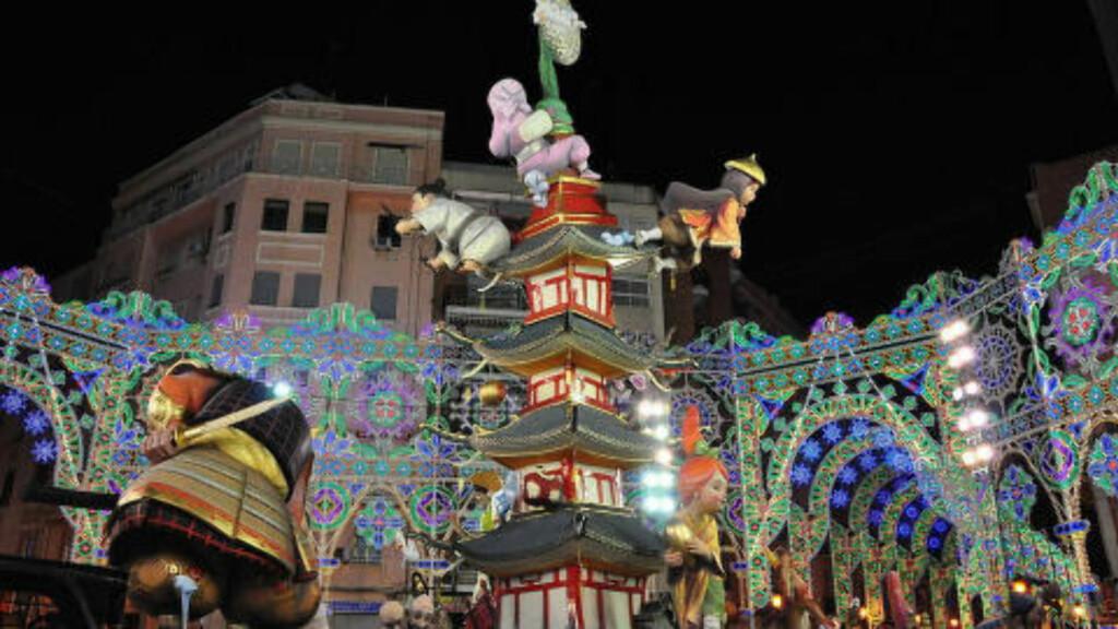 GIGANTER: Over to millioner turister strømmer til Valencia for å feire Feria de Fallas, som starter 1. mars og avsluttes sent om kvelden 19. mars. Pappfigurene, ninots, er ofte mange meter høye og forestiller kjente personligheter, med satirisk snert.