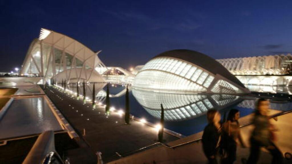 ARKITEKTUR.  Mellom slagene kan du studere den spektakulære arkitekturen til byens store sønn, Santiago Calatrava. Foto: HANS  A VEDLOG