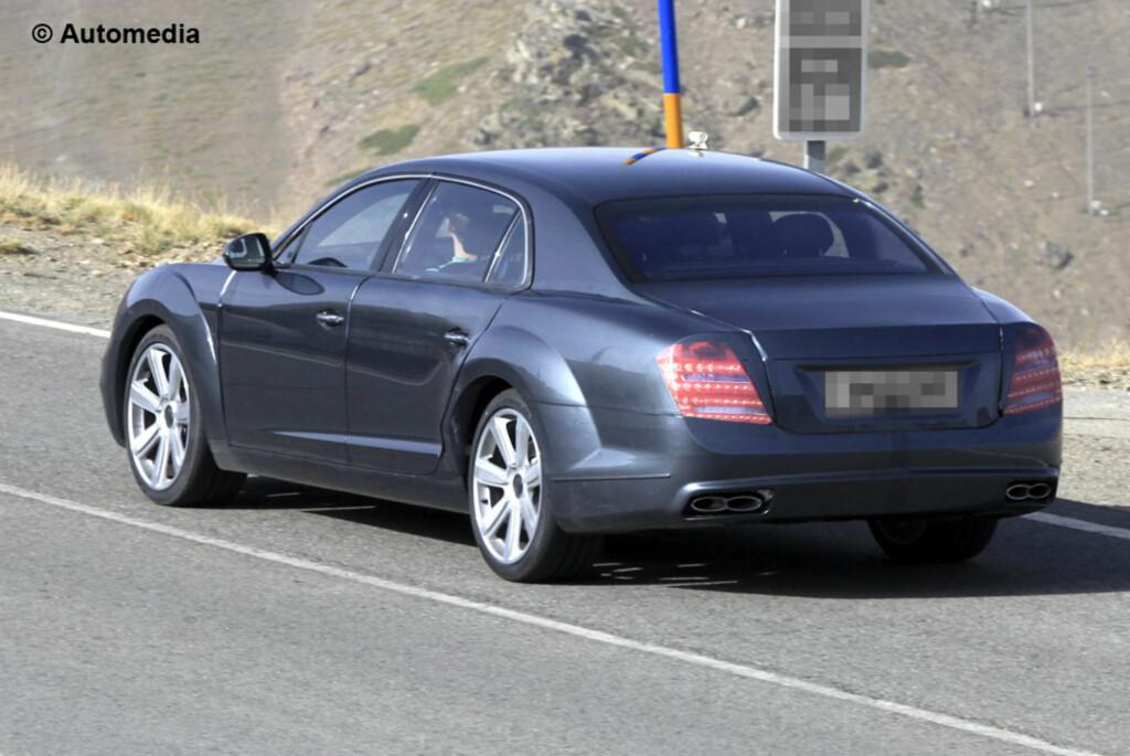 Mange som har sett denne bilen har nok trodd at det dreide seg om en Mercedes S-klasse. De har tatt feil - det dreier seg i virkeligheten om den kommende oppgraderte Bentley Continental Flying Spur, visstnok fotografert i nærheten av den fransk-spanske grensen tidligere i sommer. Foto: Automedia