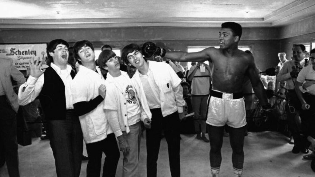 LEGENDE: Her poserer Mohammad Ali sammen med The Beatles. Foto: AP Photo/NTB Scanpix
