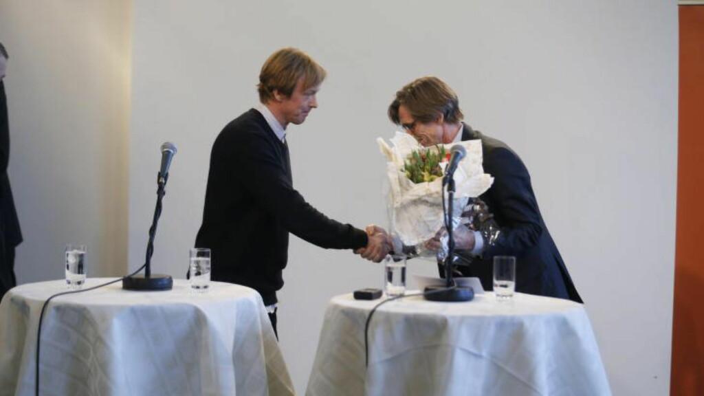 VINNEREN: Svenske Jonas Dahlberg mottar blomster fra direktøren i KORO (t.h), Svein Bjørkås. FOTO: Bjørn Langsem/Dagbladet