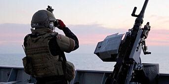 image: Her eskorterer den norske fregatten ni containere med kjemiske våpen