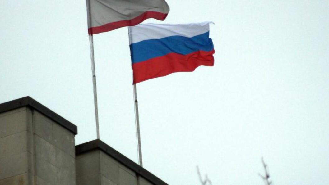HEISTE RUSSISKE FLAGG: Pro-russiske separatister inntok  bygningen til regionregjeringen og regionalforsamlingen på Krim-halvøya i går morges. Foto: AFP Photo/Vasily Batanov/NTB Scanpix