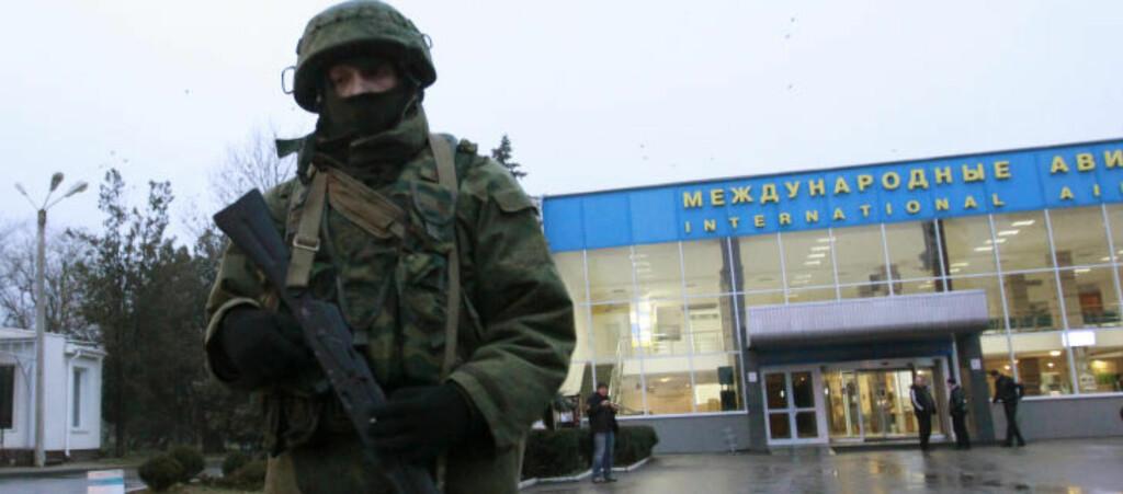 RUSSISKE SOLDATER:  Det russiske nyhetsbyrået Interfax bekrefter i morges at mennene som tok kontroll med den ukrainske flyplassen i Simferopol på Krim-halvøya er russiske soldater. Her en av dem i vaktposisjon tidlig i morges. Foto: REUTERS/David Mdzinarishvili/NTB Scanpix.