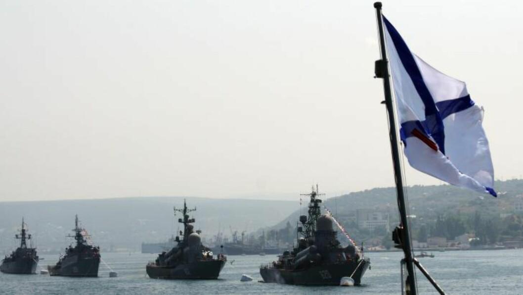 <strong> MUSKLER TIL HAVS:</strong>  Russiske og ukrainske militærskip under en mønstring i Sevastopol 28. juli i fjor. Foto: Vasilij Batanov, AFP/NTB Scanpix.