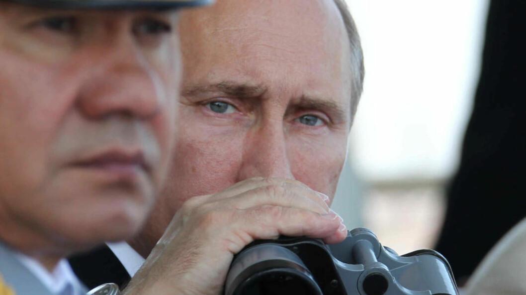 <strong> I FLÅTEBYEN:</strong>  Russlands  president Vladimir Putin og den russiske forsvarsministeren Sergej Shoigu i Sevostopol i Ukraina 28. juli i fjor under en felles markering for den ukrainske og russiske SDvartehavsflåten. Foto: Mikhail Klimentjev, Russlands presidentkontor/RIA-Novosti/AP/NTB Scanpix.