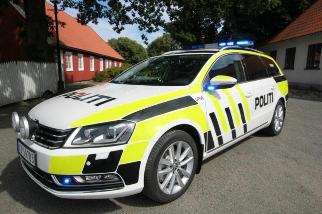 <strong><b>NY DEKOR PÅ POLITIBILENE:</strong></b> Den første bilen med den nye dekoren som blir standard på alle politibilene. Bildet er tatt av Utrykningspolitiet i Stavern. Foto: UTRYKNINGSPOLITIET PÅ FACEBOOK