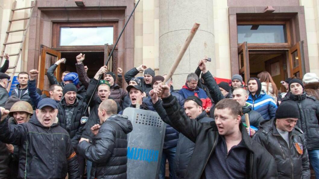 SAMMENSTØT: Pro-russiske aktivister jubler etter at de har okkupert kontorene til de lokale myndighetene i Kharkiv i Ukraina. Foto: AFP / NTB scanpix
