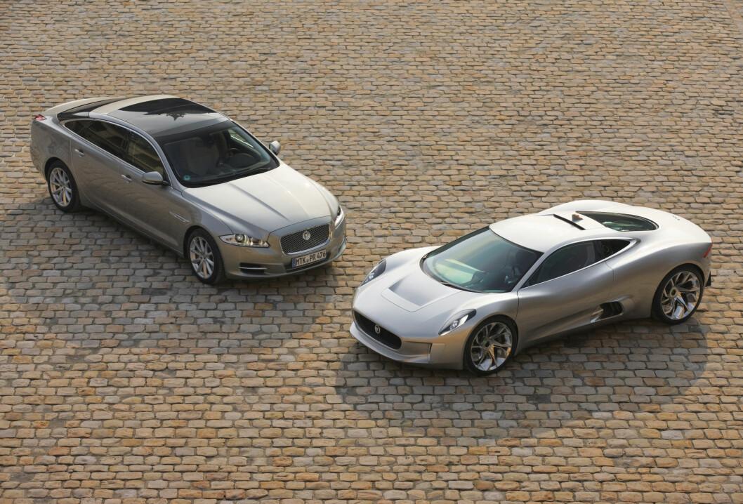 Her poserer den i Paris sammen med Jaguar XJ. Foto: Jaguar