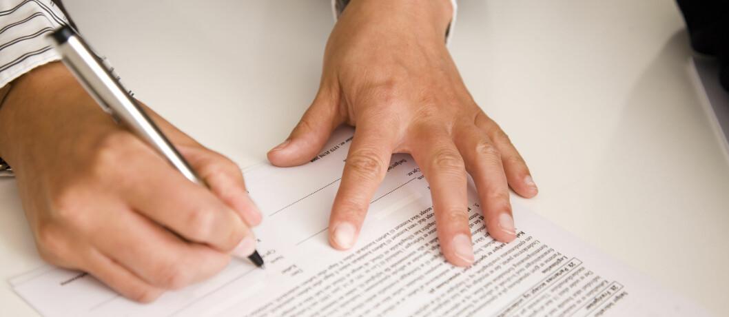 <strong>VENT LITT:</strong> Før du skriver under på kontrakten bør du ta en nøye gjennomgang av hva som står der.  Foto: Berit B. Njarga