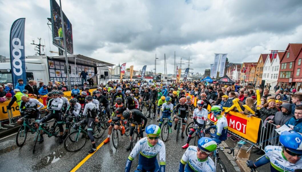 <strong>VM-TEST:</strong> Åpningsetappen av Tour des Fjords avsluttes med en runde gjennom neste års VM-løype. Bildet er fra starten på fjorårets Tour des Fjords. (Foto: Tour des Fjords).
