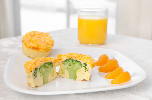 Omelett i form med broccoli i midten. Foto: All Over Press