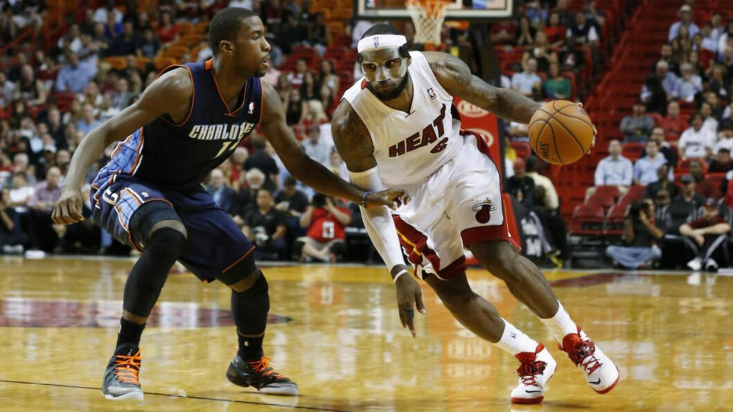 <strong>REKORDKAMP:</strong> LeBron James (t.h.) scoret 61 poeng mot Charlotte Bobcats i natt. Det er personlig poengrekord og klubbrekord for Miami Heat. Foto: Robert Mayer / USA TODAY Sports / NTB Scanpix