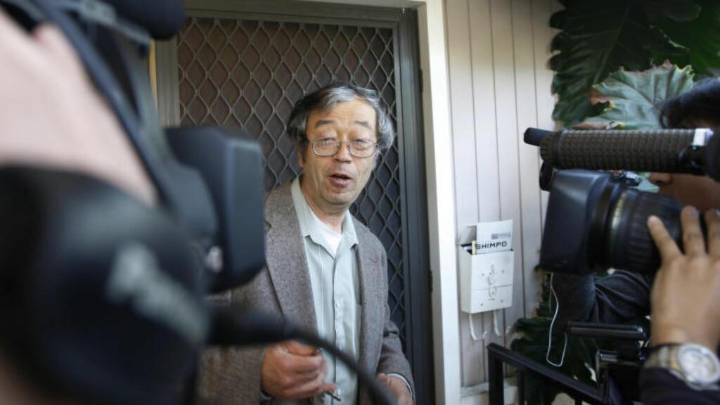 OMRINGET AV PRESSE:  Satoshi Nakamato er omgitt av journalister og fotografer etter at det ble kjent at han kunne være skaperen av Bitcoin. Foto: REUTERS/David McNew/NTB Scanpix
