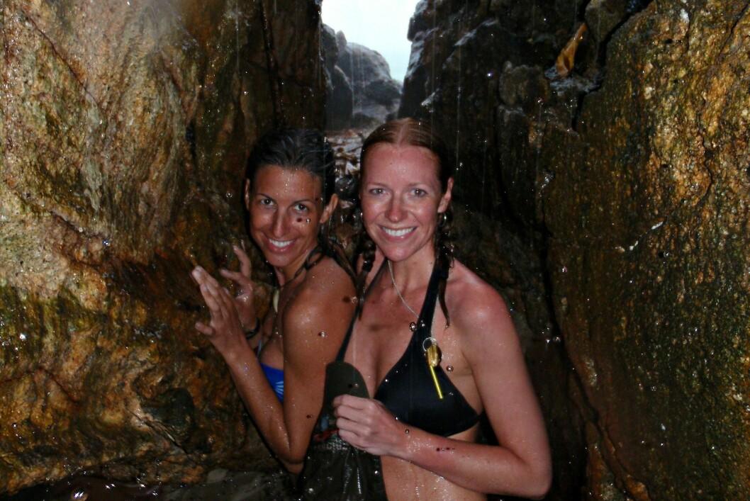 <b>VANT TIL SPESIELLE TURER</b> Huenu Solsona og Mayliss Blix tar seg en dusj på den øde øya i april 2010. Foto: Privat