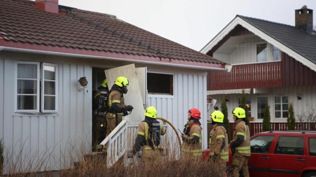 <strong>HENTET UT AV RØYKDYKKERE:</strong> En mann ble hentet ut av røykdykkere etter en boligbrann i Nord-Trøndelag. Det ble forsøkt gjenopplivende arbeid på stedet, men mannens liv sto ikke til å redde. Foto: Tor Aage Hansen