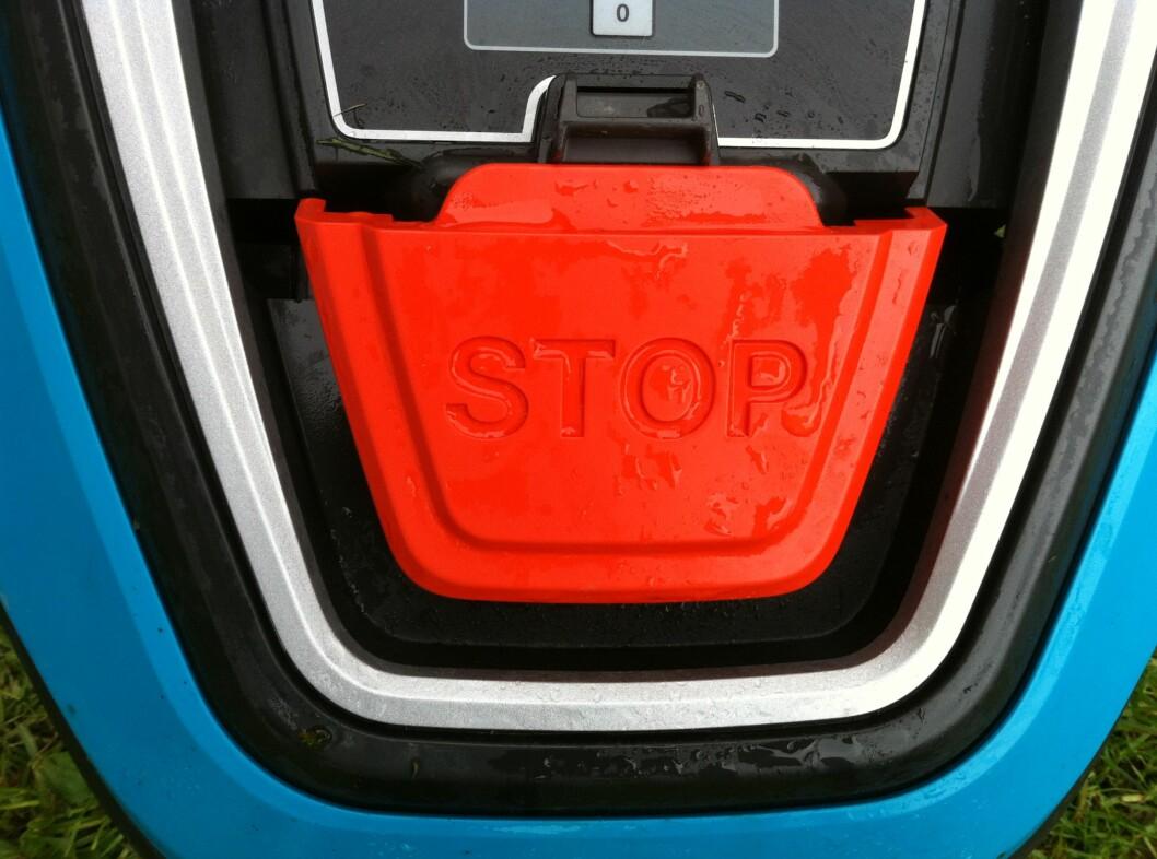 For å åpne lokket og komme inn til betjeningsknappene må du trykke på den STORE røde stop-knappen. Foto: Øyvind P