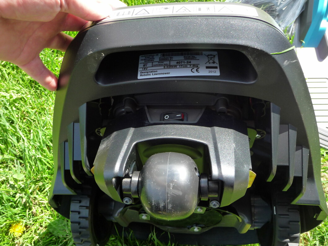 Det glatte styrehjulet foran er ikke optimalt synes vi. I hvert fall opplevde vi at Gardenaen satte seg fast i små dumper, spesielt når det regnet. Foto: Øyvind P