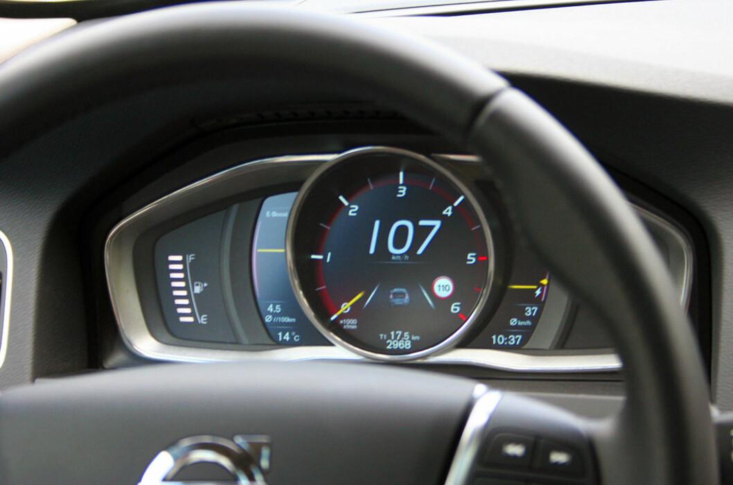 """<strong>SPESIELT:</strong> Instrumentpanelet i Volvo V60 Plug-in Hybrid D6 AWD er en heldekkende LED-skjerm. Her ser vi at fremdriften i ren elektrisk modus er upåklagelig; med turtelleren på null er hastigheten 107 kilometer i timen. Det er mulig å komme opp i vel 120 km/t i """"Pure""""-modus - altså med ren eldrift. Foto: Knut Moberg"""