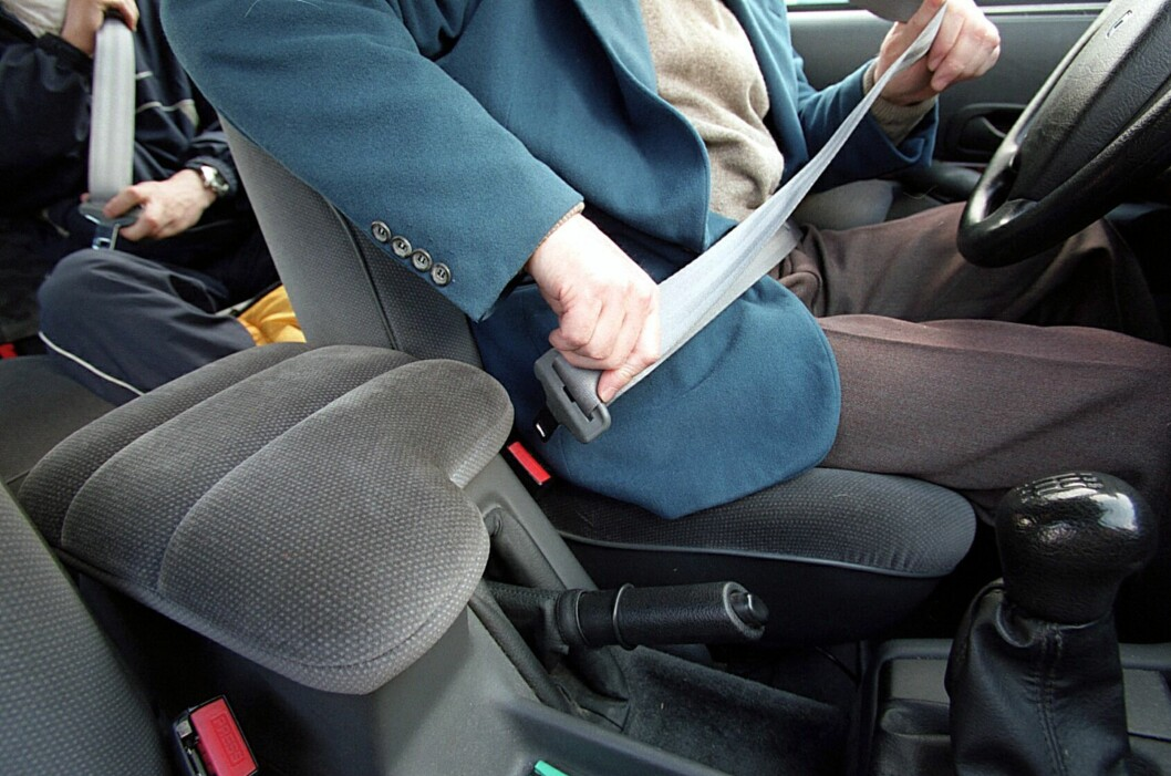 Bibelte på, både foran og bak. Merk spesielt førers ansvar for å sikre barna i bilen. Foto: colourbox.com